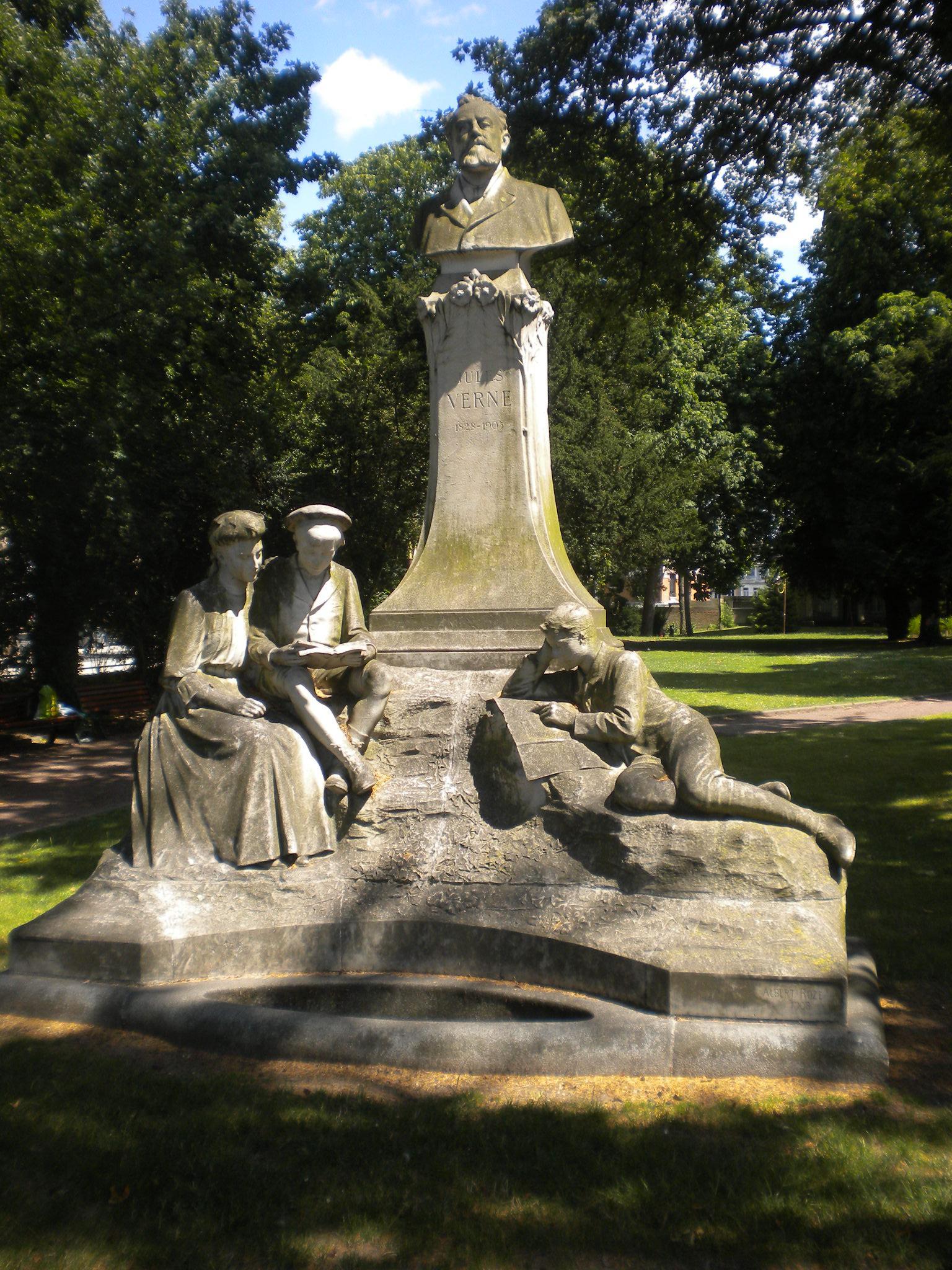 La sculpture de Jules Verne au square Jules Verne